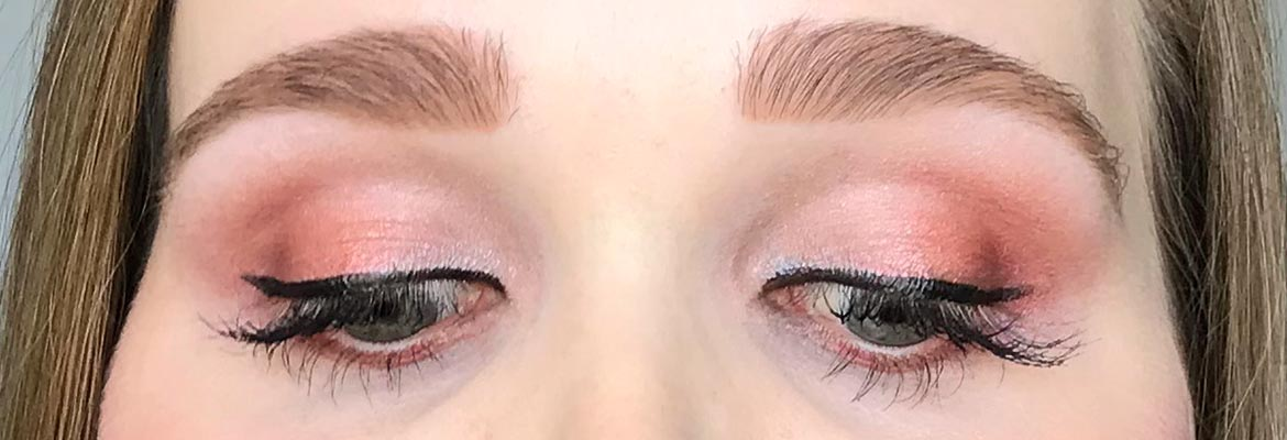 Max-&-More-24-eyeshadows-palette-03-rose-action-look-2-eyes-closed