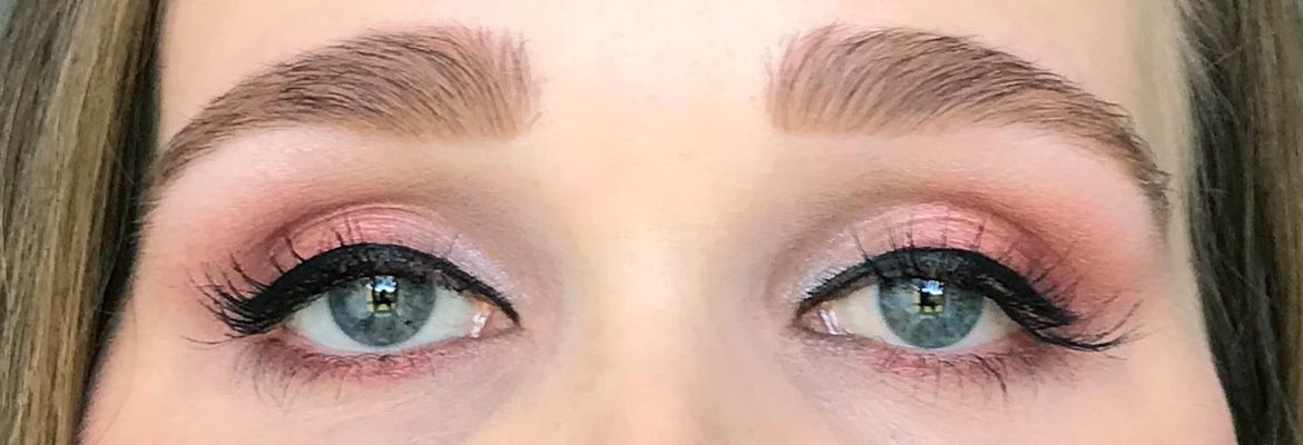 Max-&-More-24-eyeshadows-palette-03-rose-action-look-2-eyes-open