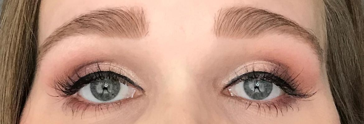Max-&-More-24-eyeshadows-palette-03-rose-action-look-eyes-open