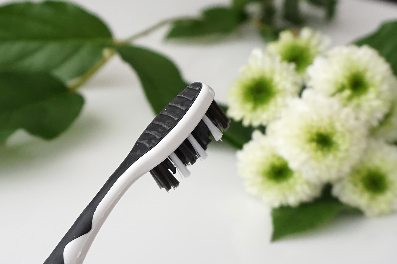 Kruidvat-ultradent-charcoal-white-tandenborstel-review-1