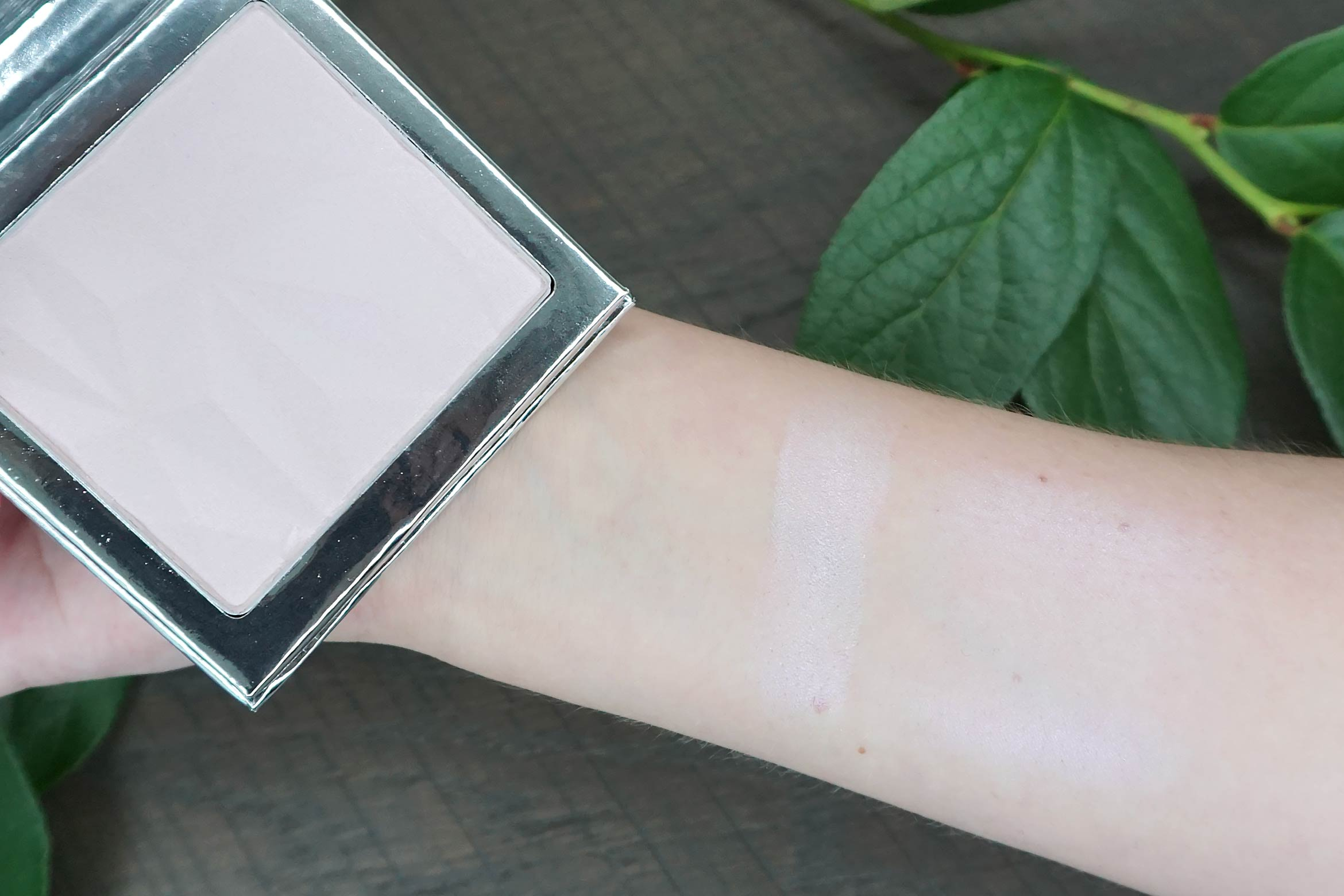 essence crystal dreams highlighter swatch review