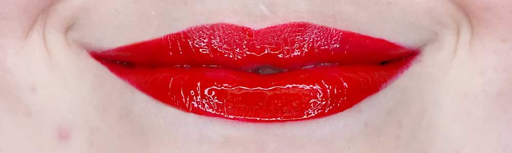 pupa fight like a woman vinyl effect liquid lip colour swatch 003 i'm strong red review